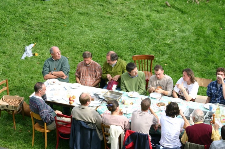 Fe_te_des_tentes_07_groupe_a_table.jpg